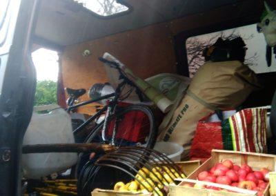 le van se transforme en véhicule de ravitaillement entre le campement et le pré